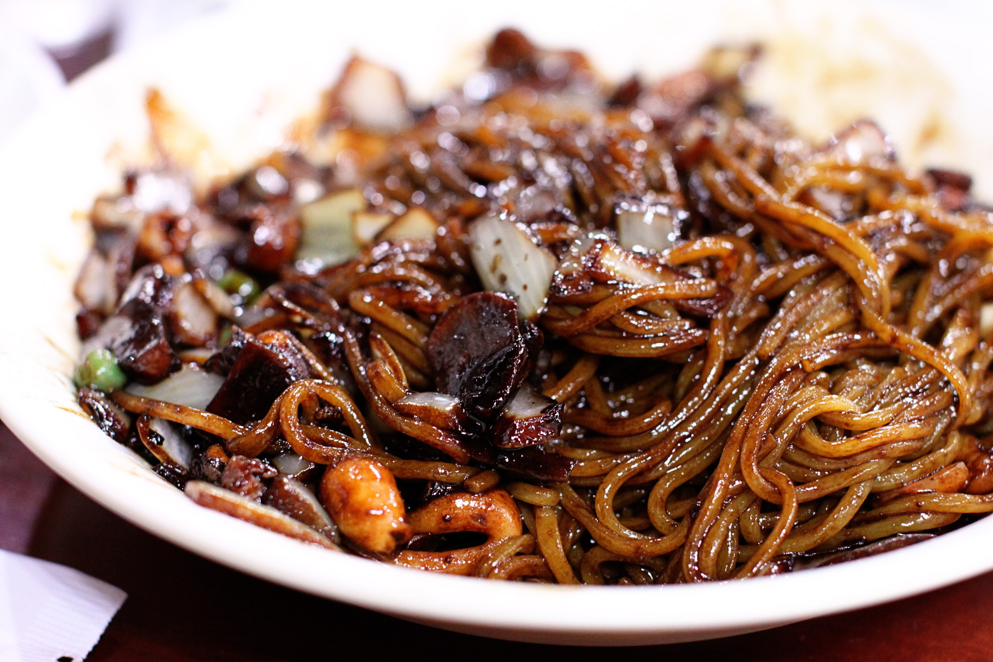 top-best-korean-foods-you-must-try-delicious-food-ever-korean-cuisine-tinoshare.com-blogowebgo.com Jjajangmyeon (짜장면)